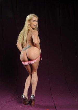 Голая блондинка в розовом купальнике показывает грудь - фото 7