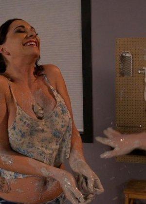 Страстный секс втроем в гончарной мастерской - фото 13