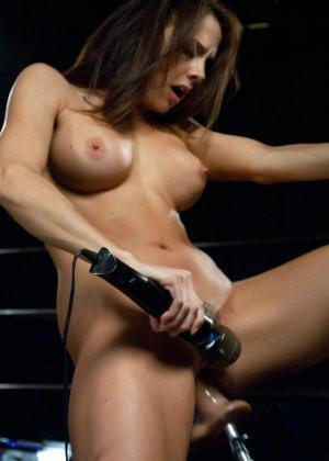 Девушка пробует на себе действие секс-машин - она получает большой кайф от механических толчков - фото 14