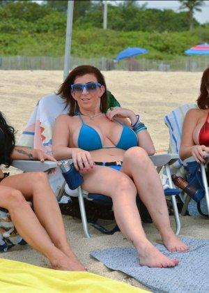 Charlee Chase, Holly Halston, Sara Jay - Галерея 3484298 - фото 8