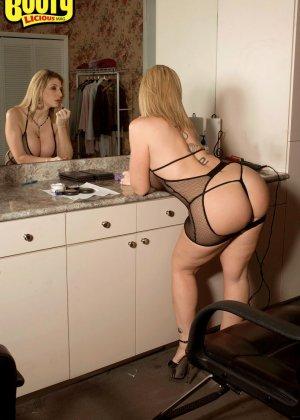 Большим хуем трахнул зрелую фигуристую блондинку Сару Джей - фото 8