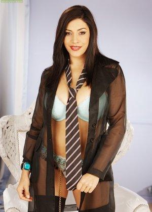 Пышная дама с большими титьками мастурбирует в чулках - фото 13