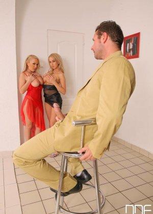 Анальный секс втроем со зрелыми блондинками - фото 13