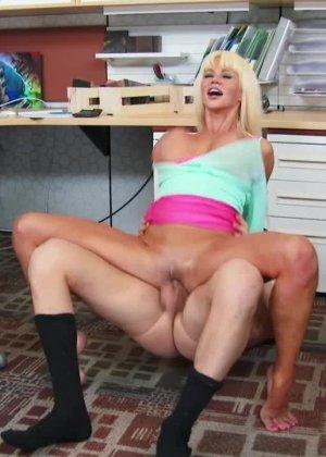 Зрелую блондинку Никата вон Джеймс ебут большим членом на кухне - фото 2
