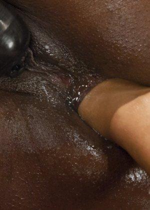 Франчеса Ли играет с жопой негритянки - фото 6