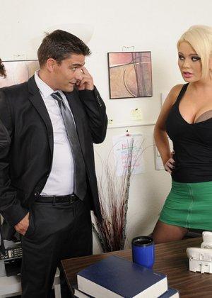 Алексис Форд – роскошная блондинка, которая соблазняет сразу двух мужчин и дает им себя потрахать - фото 4