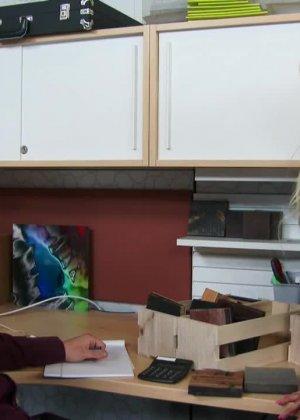 Зрелую блондинку Никата вон Джеймс ебут большим членом на кухне - фото 10