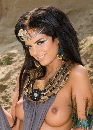 Групповой секс на пляже с индианками - фото 8