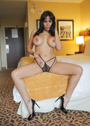 Большие сиськи латинской девушки - фото 2