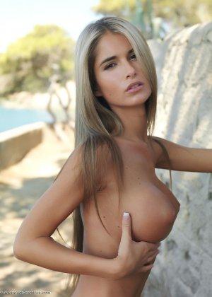 Девушка с очень нежным и красивым телом позирует перед  камерой на природе - фото 6
