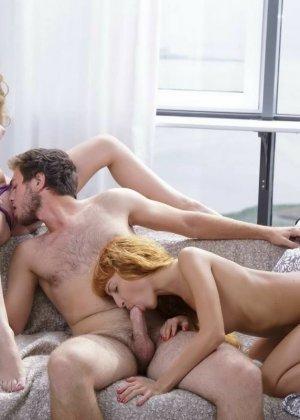 Нежный секс втроем молодых друзей - фото 11