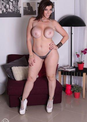 Женщина с большой жопой и силиконовой грудью - фото 11
