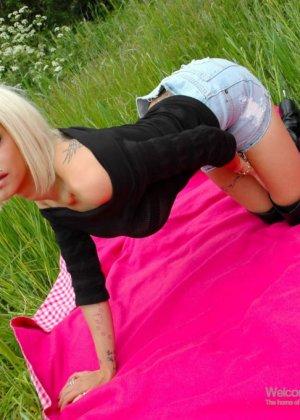 Трахает блондинку на природе - фото 13
