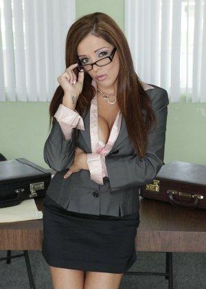 Франческа ебется с темнокожим боссом на работе - фото 10