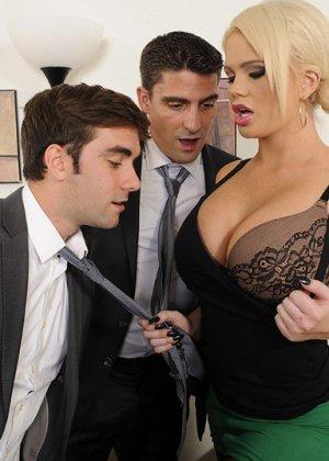 Алексис Форд – роскошная блондинка, которая соблазняет сразу двух мужчин и дает им себя потрахать - фото 7