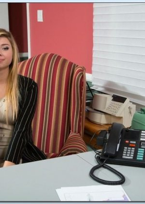 Выебал молодую блондинку с красивыми сиськами, которая пришла устраиваться на работу - фото 2