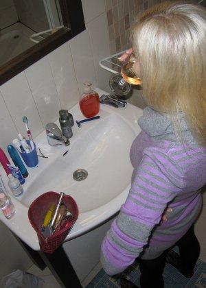 Селфи молодой голой блондинки в ванной - фото 7