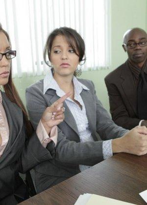 Франческа ебется с темнокожим боссом на работе - фото 12