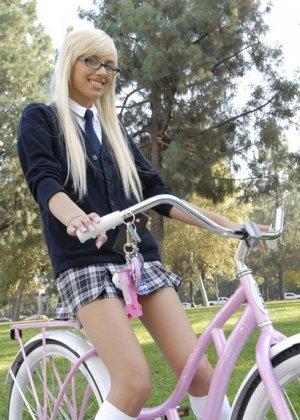 Красивая молодая блондинка занимается сексом на улице - фото 7