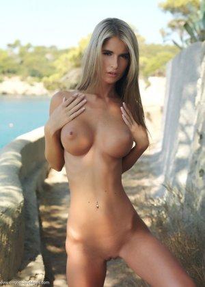 Девушка с очень нежным и красивым телом позирует перед  камерой на природе - фото 1