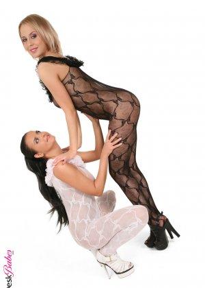 Лесбиянки трутся друг об друга - фото 12