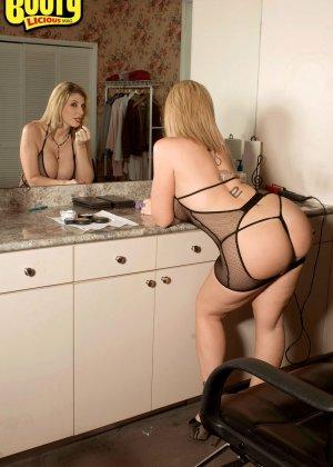 Большим хуем трахнул зрелую фигуристую блондинку Сару Джей - фото 9
