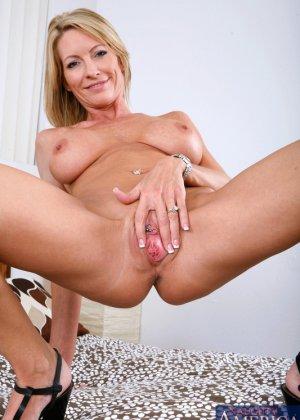Пожилая блондинка сосет хуй и дает лизать пизду молодому парню - фото 14