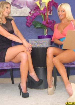 Зрелые блондинки лесбиянки с большими жопами - фото 7