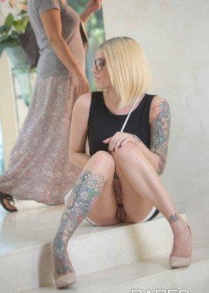 Соло татуированной девушки в очках - фото 10