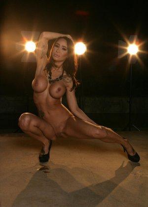 Ебля в бассейне женщины с силиконовой грудью - фото 7