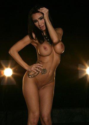 Ебля в бассейне женщины с силиконовой грудью - фото 10