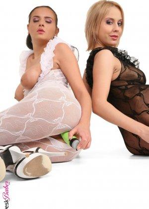 Лесбиянки трутся друг об друга - фото 6