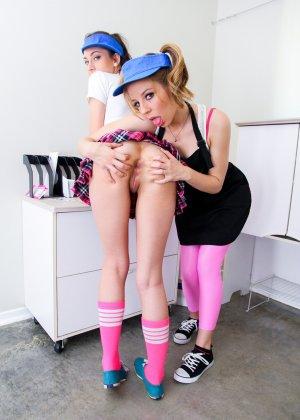 Студентки купили в секс-шопе игрушку, теперь они могут заняться анальным лесбийским сексом, кому нужны уроки, если есть резиновые фаллосы - фото 2