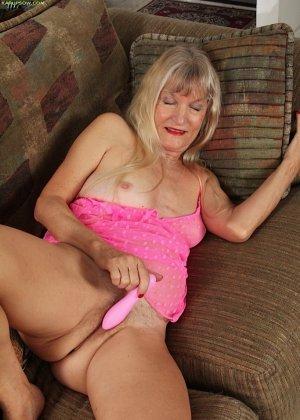 Голая пизда пожилой блондинки - фото 5