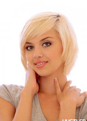 Симпатичная худая девушка с короткой стрижкой показывает красивую пизду - фото 11