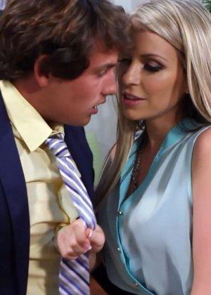 Жена на работе занимается сексом с начальником - фото 14
