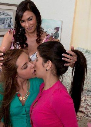 Две девушки со зрелой любовницей - фото 10