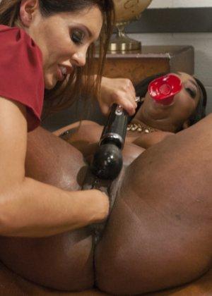 Женщина пьет клизму из влагалища негритянки - фото 12