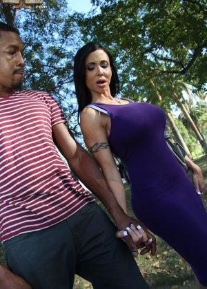 Оральный секс грудастой зрелой брюнетки и негра - фото 14