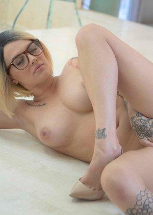 Соло татуированной девушки в очках - фото 4