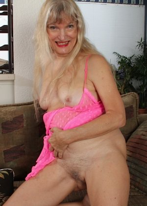 Голая пизда пожилой блондинки - фото 13