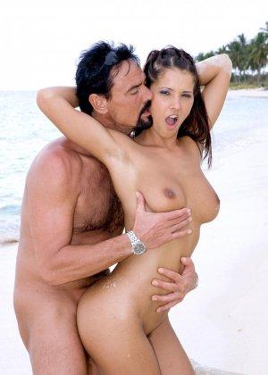 Групповой секс с брюнеткой на пляже - фото 15