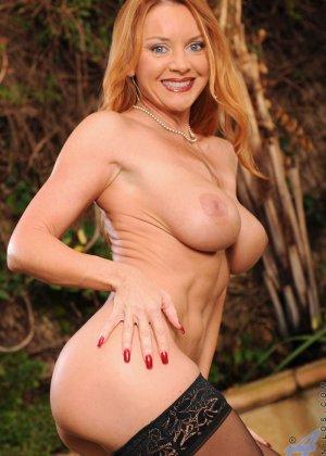 Голая зрелая рыжая женщина - фото 13