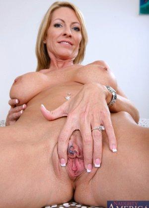 Пожилая блондинка сосет хуй и дает лизать пизду молодому парню - фото 11