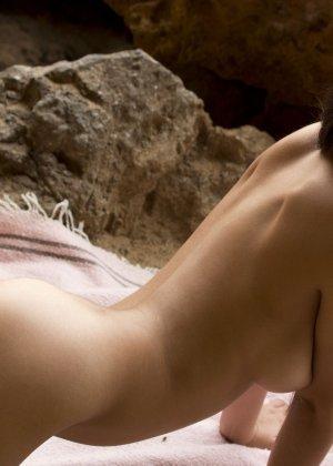 Латинка показывает голую пизду на природе - фото 15