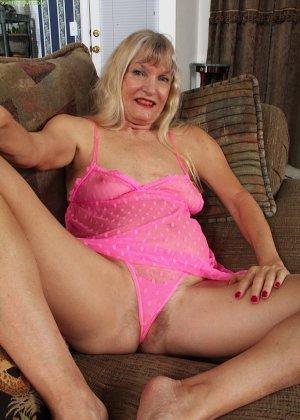 Голая пизда пожилой блондинки - фото 8