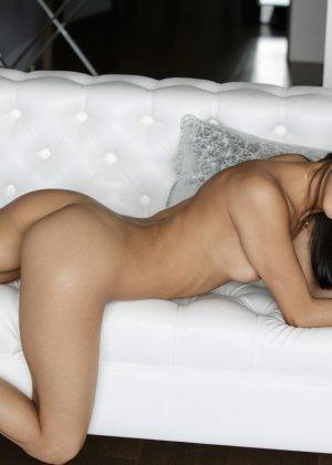 Голая латинская красотка лежит на кровати - фото 9