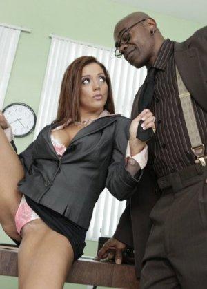 Франческа ебется с темнокожим боссом на работе - фото 13