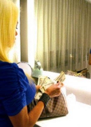 Кончил на сиськи грудастой блондинке - фото 6