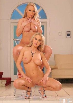 Анальный секс втроем со зрелыми блондинками - фото 10
